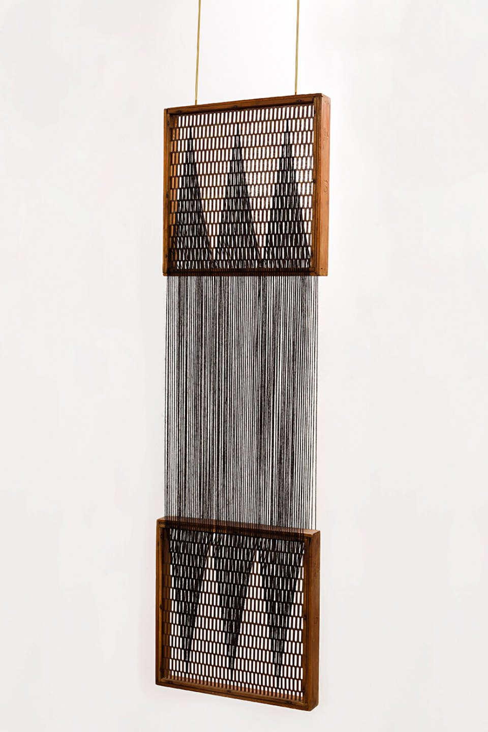 Paloma Bosquê, <em>On provisory interaction (geometry of relations #1)</em>, 2012, coffee sieve, wool and brass rods, 102 × 30 cm - Mendes Wood DM