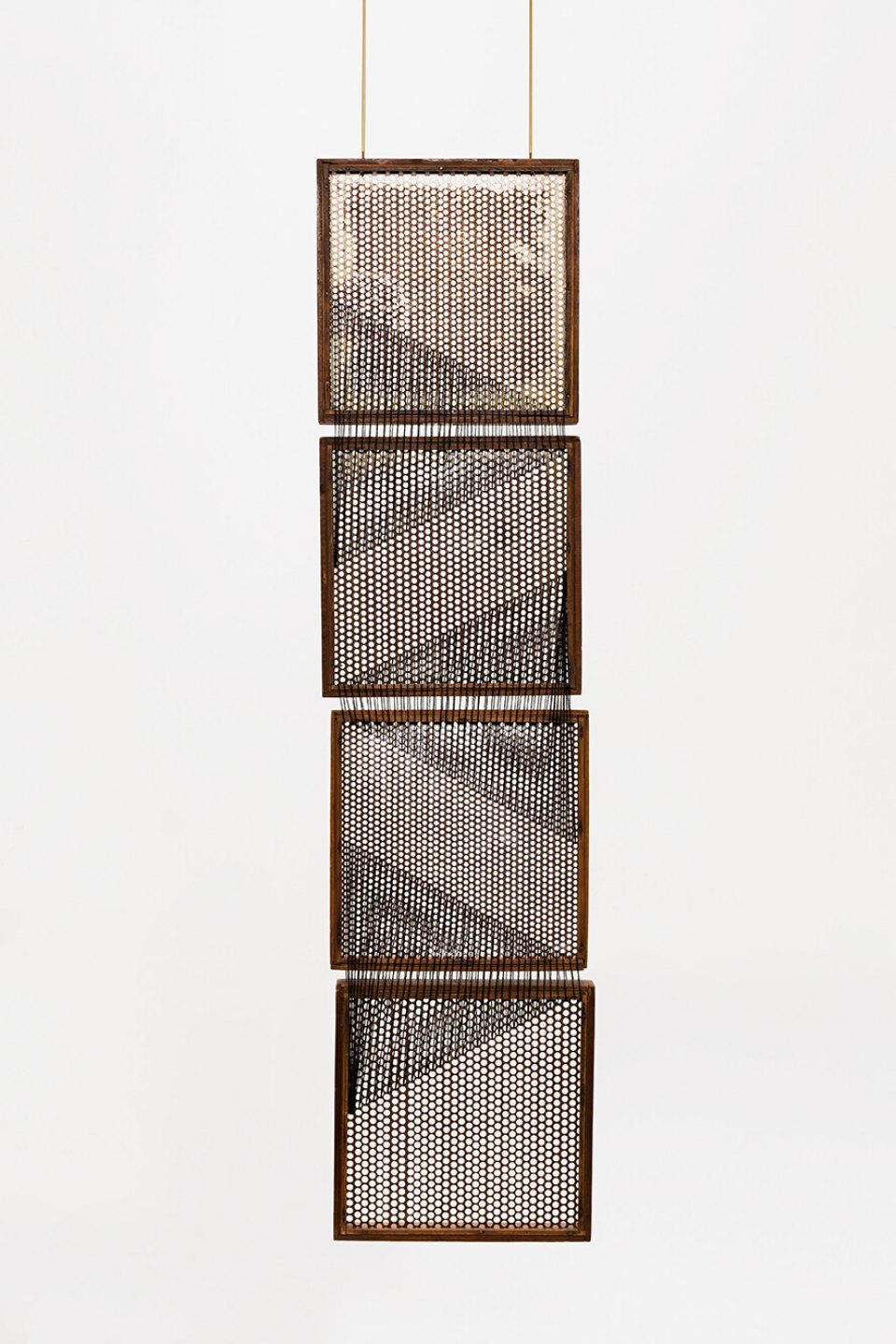 Paloma Bosquê, <em>On provisory interaction (geometry of relations #1)</em>, 2012, coffee sieve, wool and brass rods, 160 × 30 cm - Mendes Wood DM