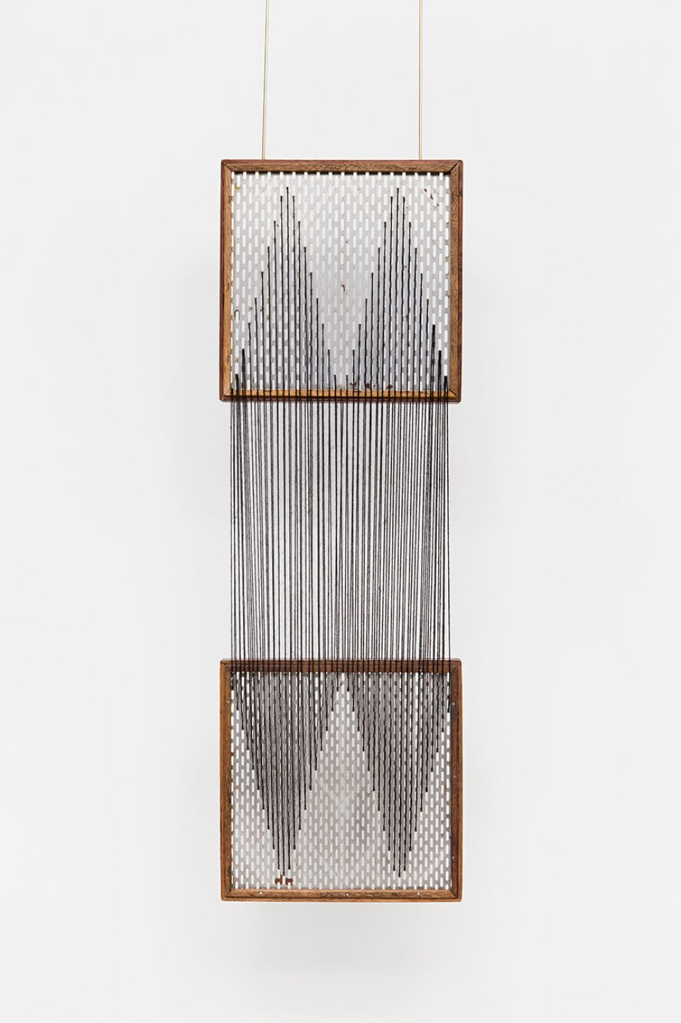 Paloma Bosquê, <em>On provisory interaction (geometry of relations #1)</em>, 2015, coffee sieve, wool and brass rods, 92,5 × 30 cm - Mendes Wood DM
