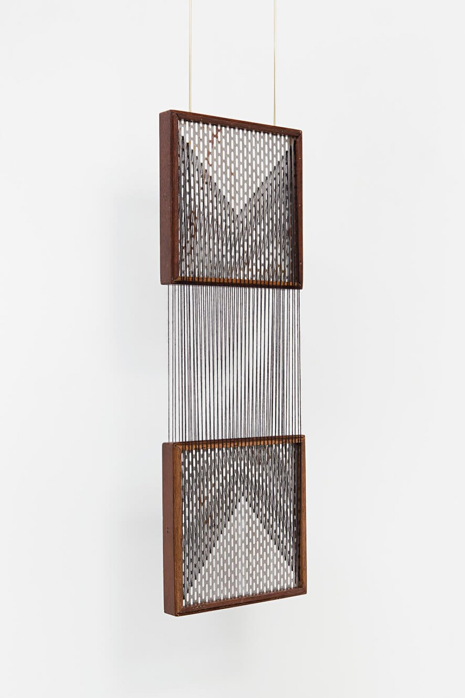 Paloma Bosquê, <em>On provisory interaction (geometry of relations #1)</em>, 2015, coffee sieve, wool and brass rods, 87,7 × 30 cm - Mendes Wood DM