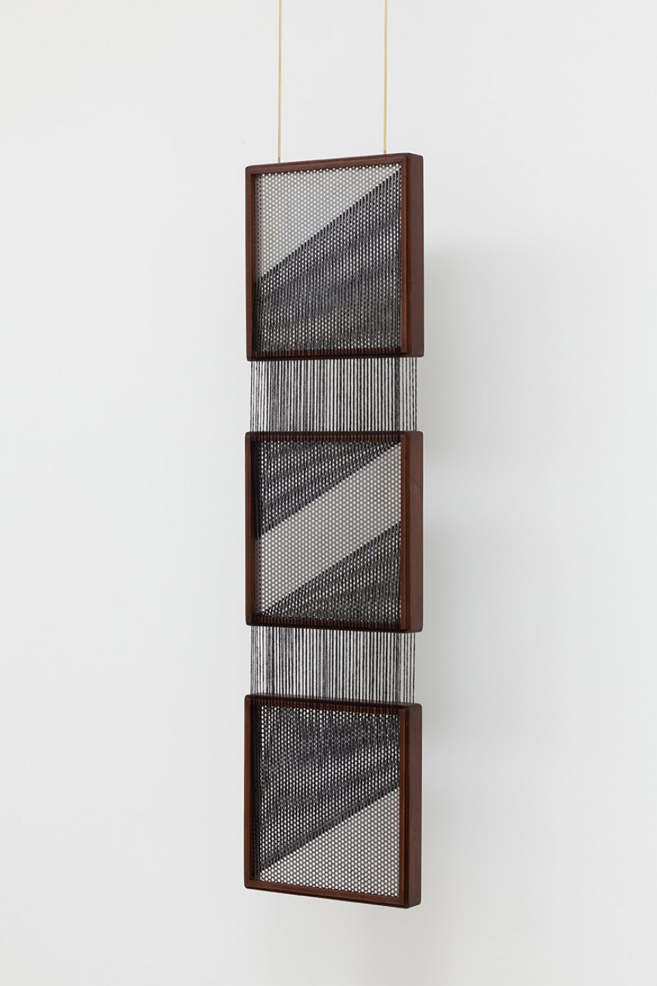 Paloma Bosquê, <em>On provisory interaction</em>, 2016, coffee sieve, wool and brass rods, 112 × 30.5 × 4 cm - Mendes Wood DM