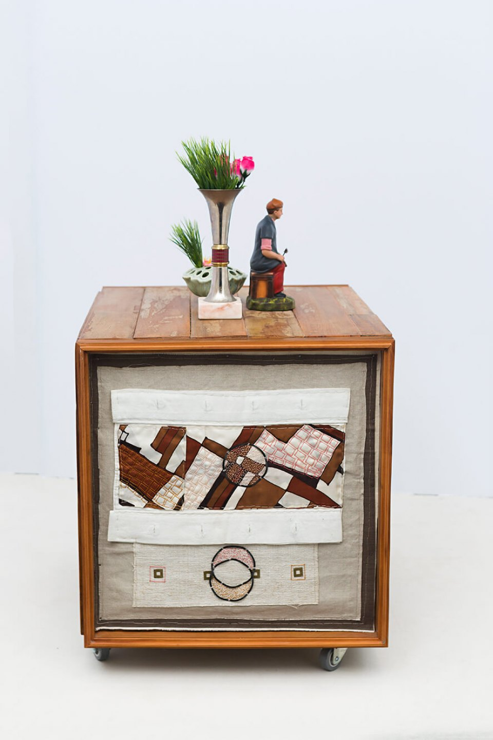 f.marquespenteado,&nbsp;<em>Cubo modular, from Sentido Figurado series</em>, 2014, recycled wood, hand and machine&nbsp;embroidery on industrial felt, various objects, 97 × 64 × 55 cm - Mendes Wood DM