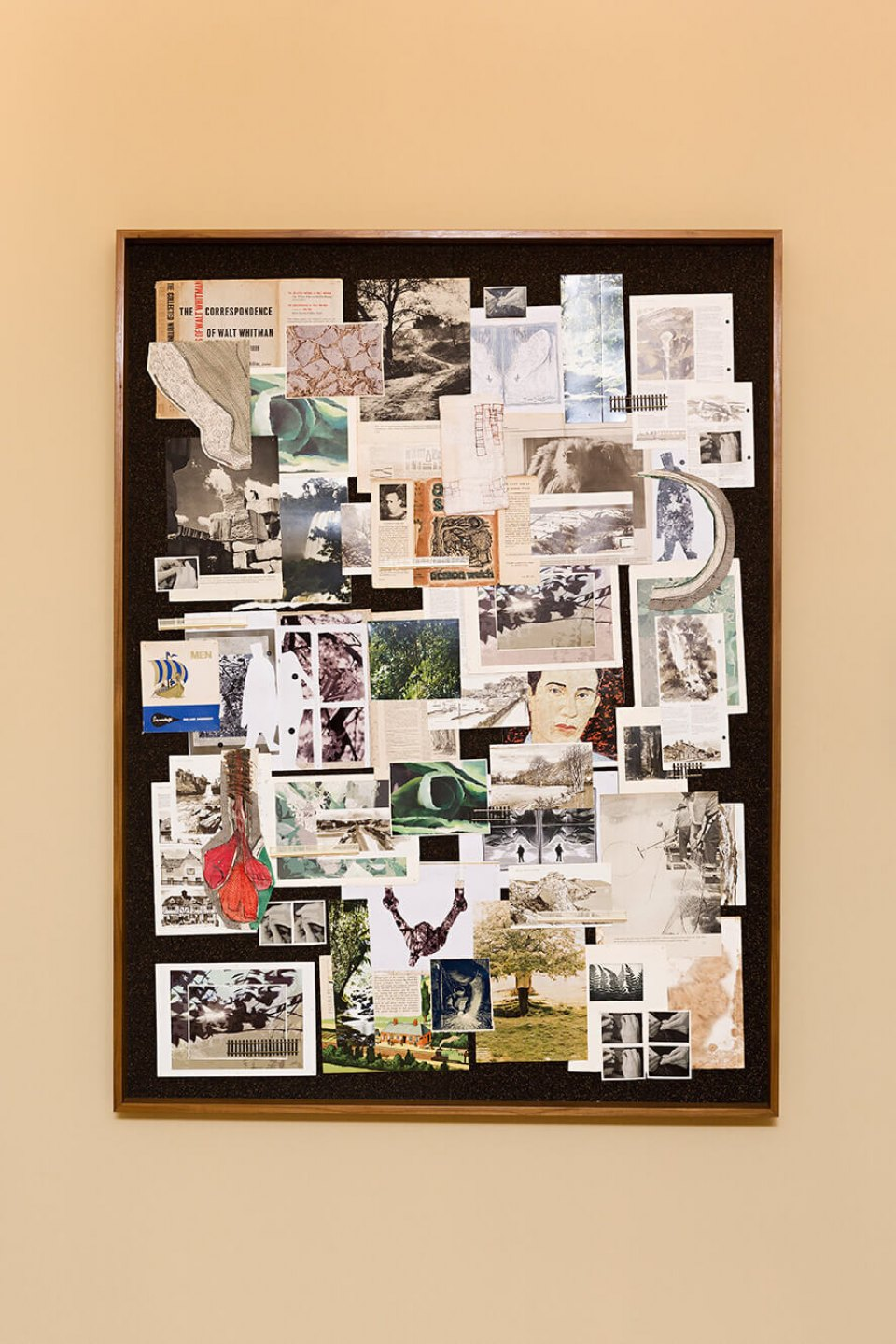 f.marquespeteado,&nbsp;<em>Storyboard Sean,</em> 2002/2014, print on paper and fabric, graphite on paper, photographs, newspaper and files, various plastic objects on cork framed, 163 × 122 × 8 cm - Mendes Wood DM