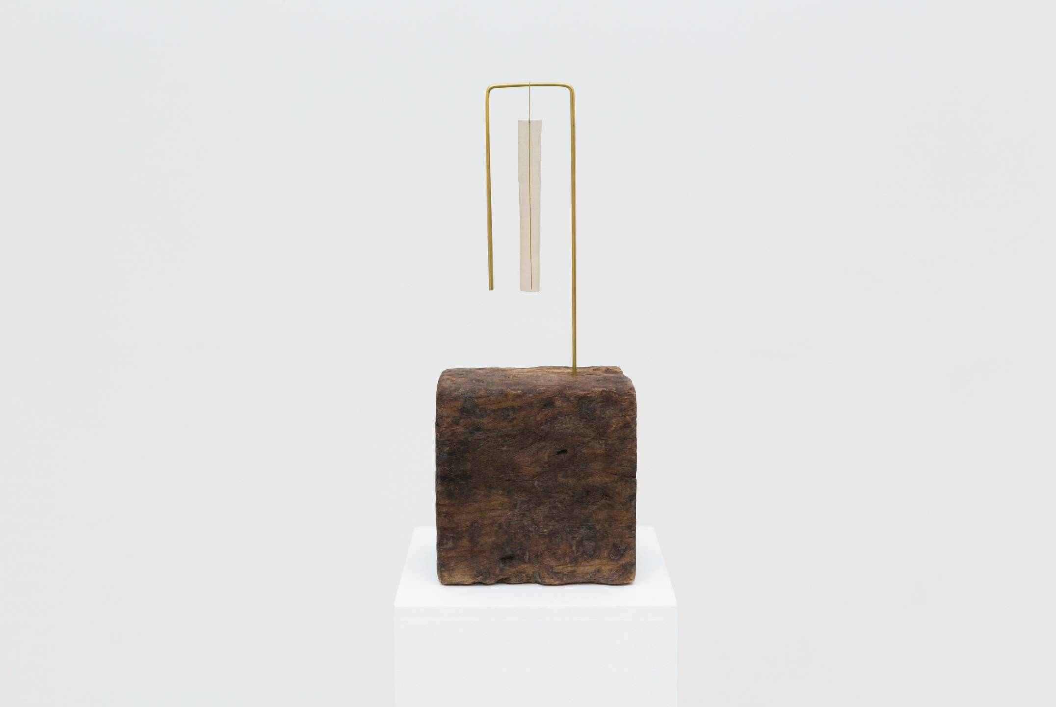 Paloma Bosquê, <em>Trave #2</em>, 2017, block of wood, brass rod folded and brass screen, 53 × 21,5 × 15,5 cm - Mendes Wood DM