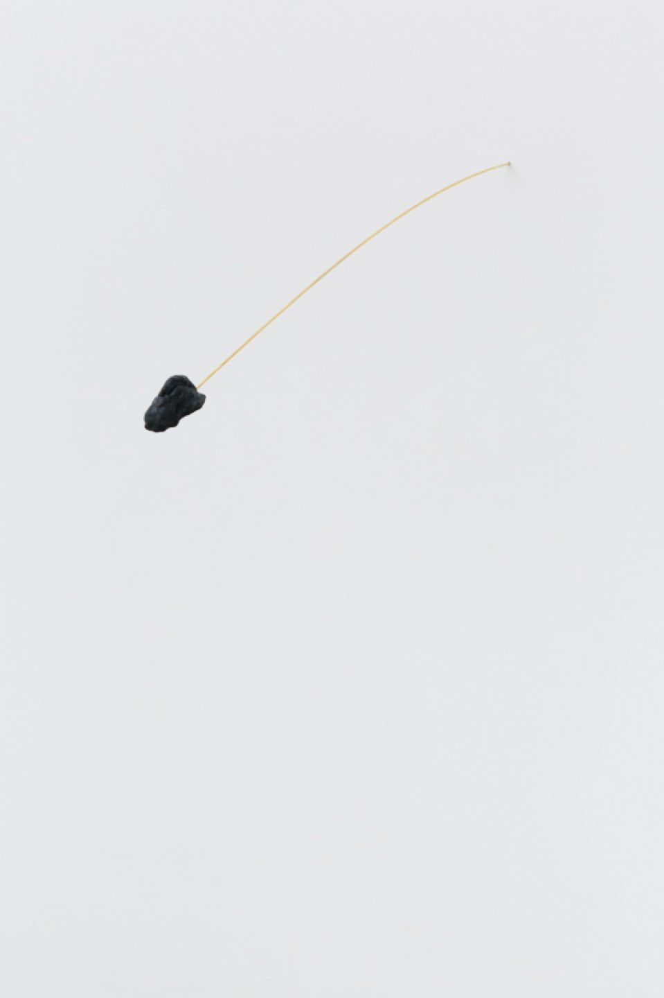 Paloma Bosquê, <em>Mergulho</em>, 2016, brass rod and beewax stone with pitch, 100 × 7 cm - Mendes Wood DM