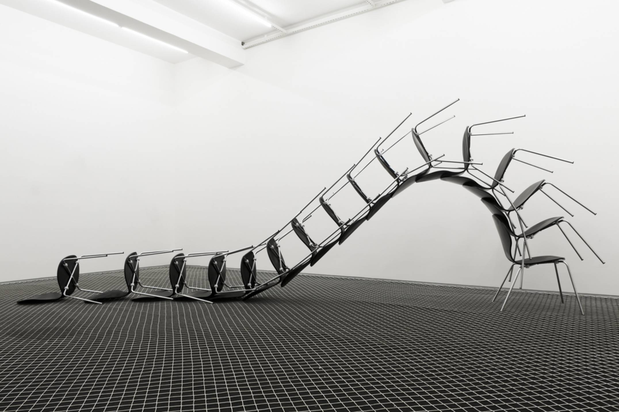 Roberto Winter,<em>Decadência (anti-monumento Ross Ulbricht)</em>, 2017, metal, wood, plastic, 150 × 450 × 70 cm - Mendes Wood DM