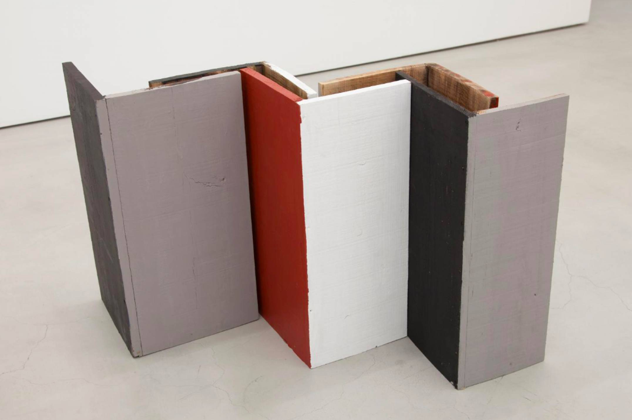 Kishio Suga, <em>Standing Perimeter, Occupied Center</em>, 1986, plywood, water-based paint, variable dimensions - Mendes Wood DM