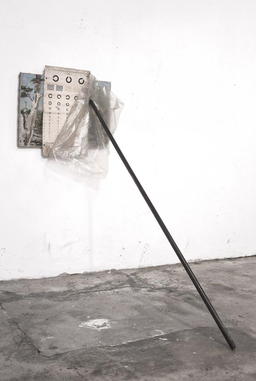 Deyson Gilbert, <em>Perspectiva (ou como De Selby explica a pintura de Isaakszoon Jacob van Ruysdael)</em>, 2012, painting, ophthalmology plate test, plastic and mast, 180 × 70 × 120 cm - Mendes Wood DM