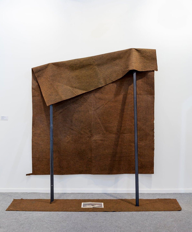 Deyson Gilbert, <em>Desembarque (Granma / Courbet)</em>,2012, book, carpet and metal rod, 201 × 200 × 65 cm - Mendes Wood DM