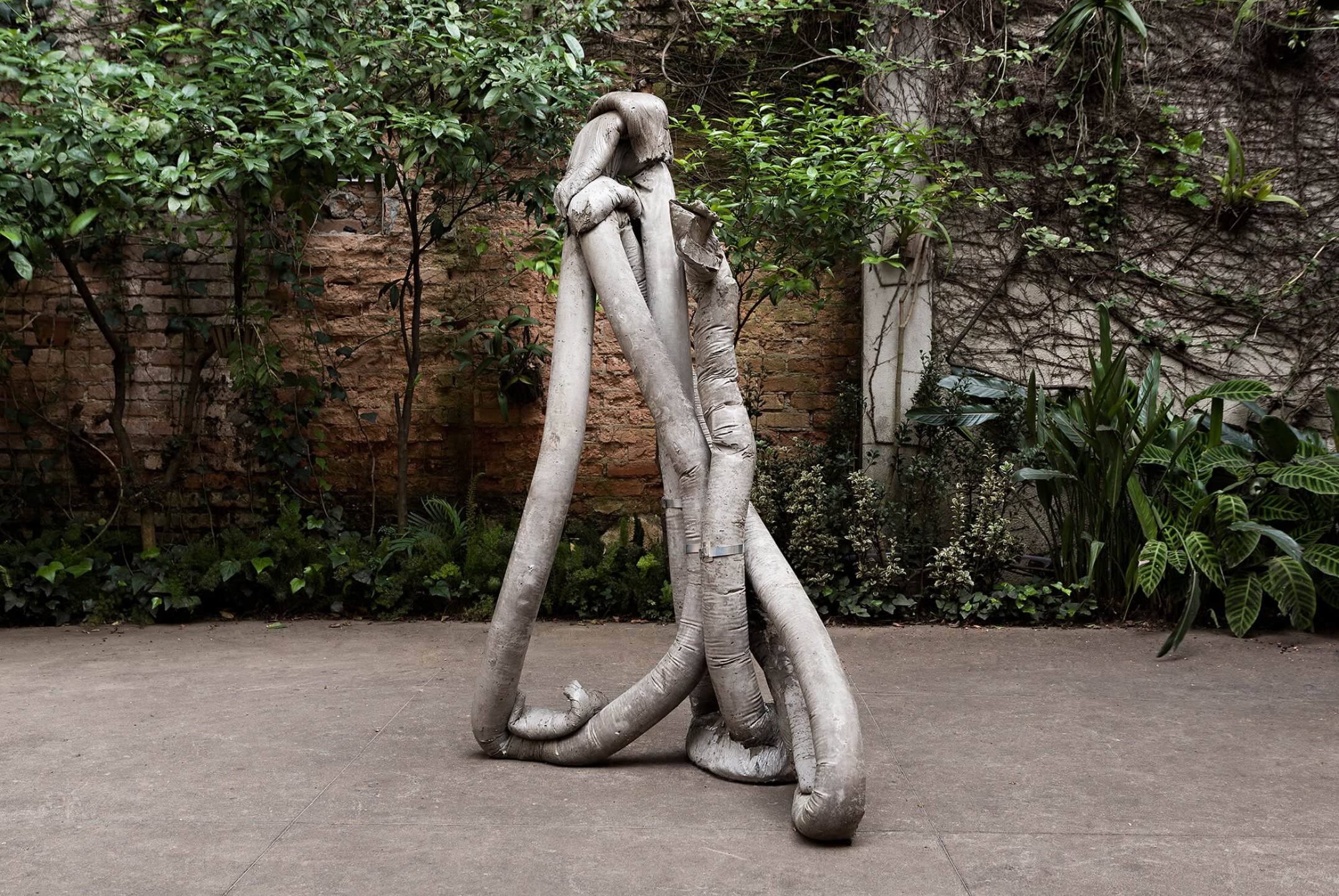 Michael Dean<em>, then (Working Title), Analogue now, muscles</em>,2015, concrete e metal,164 × 109 × 63 cm - Mendes Wood DM