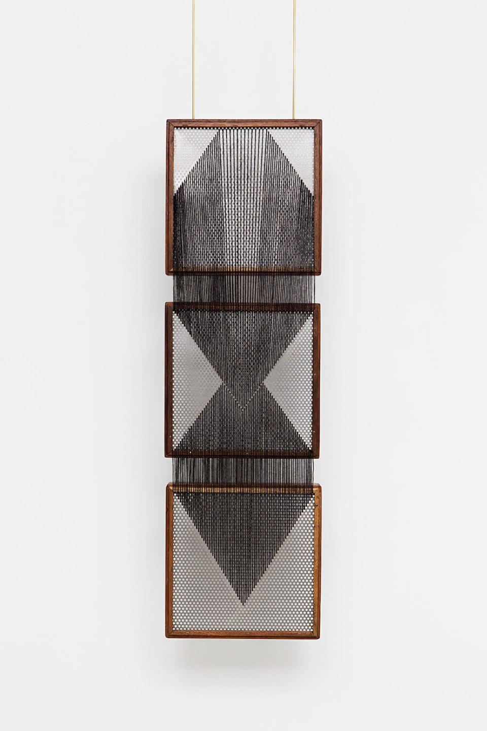 Paloma Bosquê, <em>On provisory interaction (geometry of relations #1)</em>, 2015, coffee sieve, wool and brass rods, 100,7 × 30 cm - Mendes Wood DM