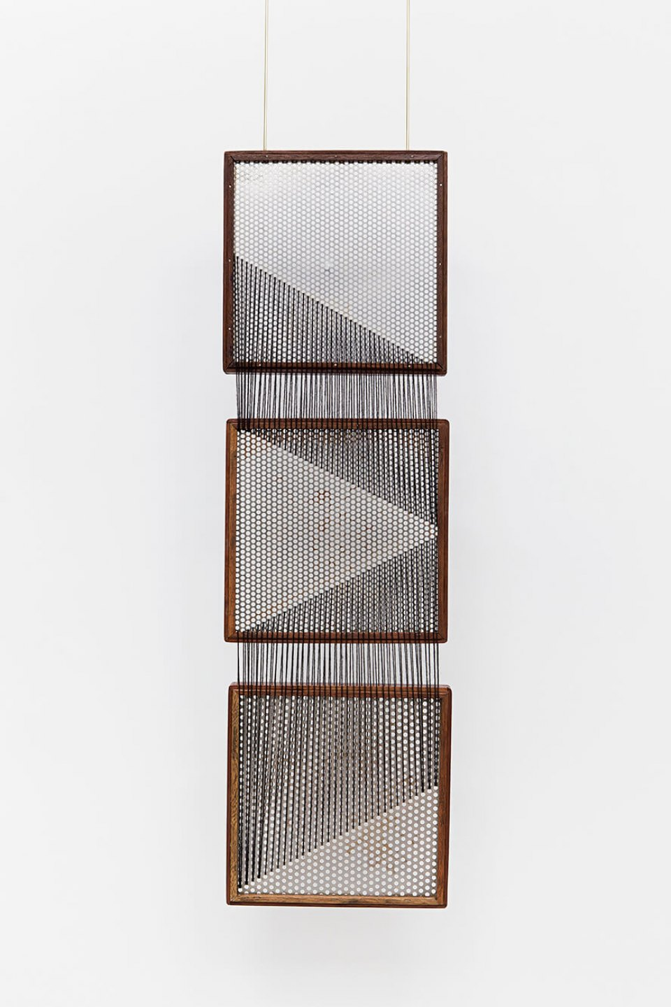 Paloma Bosquê, <em>On provisory interaction (geometry of relations #1)</em>, 2015, coffee sieve, wool and brass rods, 101,2 × 30 cm - Mendes Wood DM