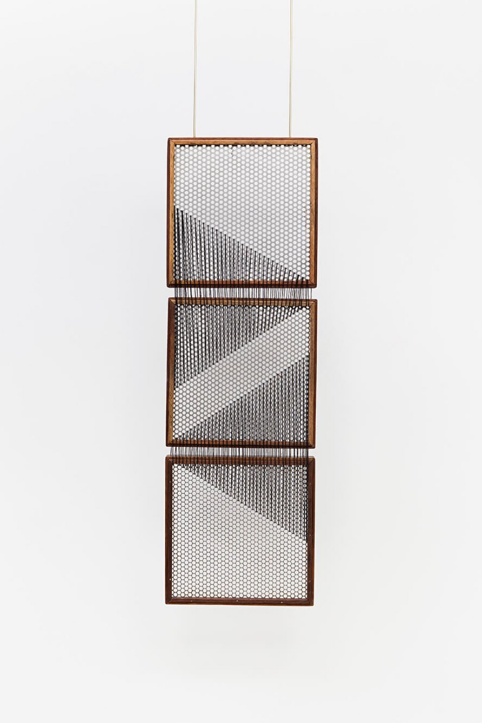 Paloma Bosquê,<em> On provisory interaction (geometry of relations #1)</em>, 2015, coffee sieve, wool and brass rods, 93,5 × 30 cm - Mendes Wood DM
