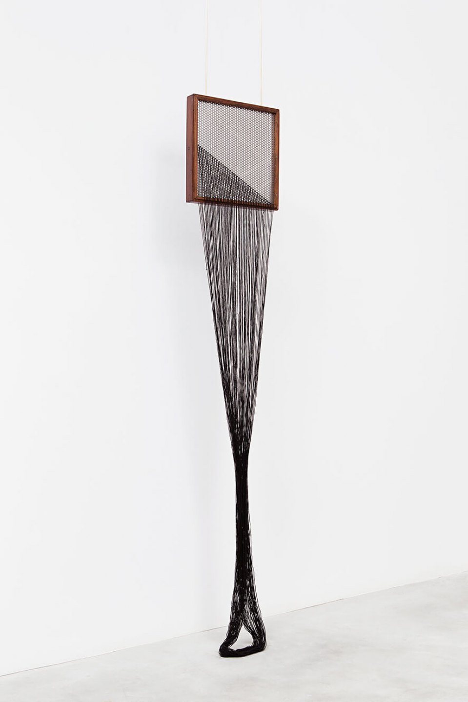 Paloma Bosquê,<em> On provisory interaction (geometry of relations #1</em>), 2015, coffee sieve, wool and brass rods, 175 × 30 cm - Mendes Wood DM