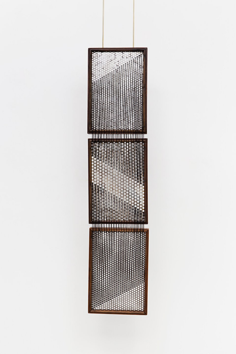 Paloma Bosquê, <em>On provisory interaction (geometry of relations #1</em>), 2015, coffee sieve, wool and brass rods, 194,7 × 21 cm - Mendes Wood DM