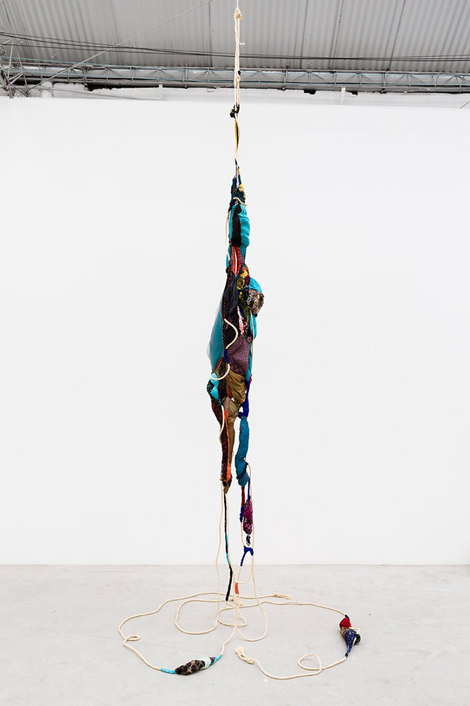 Sonia Gomes,<em>untitled</em>,2015, sisal rope, moorings and sewing on different fabrics, 500×110×90 cm - Mendes Wood DM