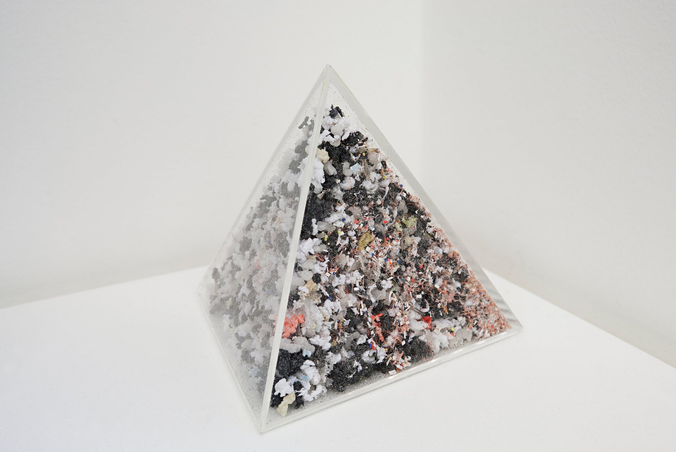 Roberto Winter,&nbsp;<em>Objeto subtraído (relógio),</em> 2013, acrylic tetrahedron and three destroyed clocks, 11 × 11 × 11 cm - Mendes Wood DM