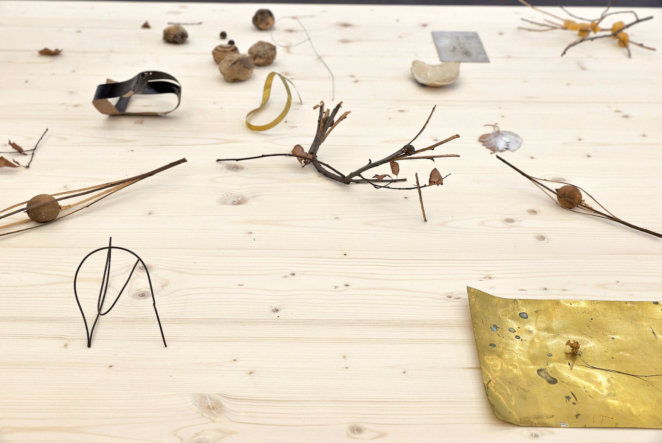 Daniel Steegmann Mangrané,<em>Table with objects</em>,1998, diverse work objects, dimension variable - Mendes Wood DM