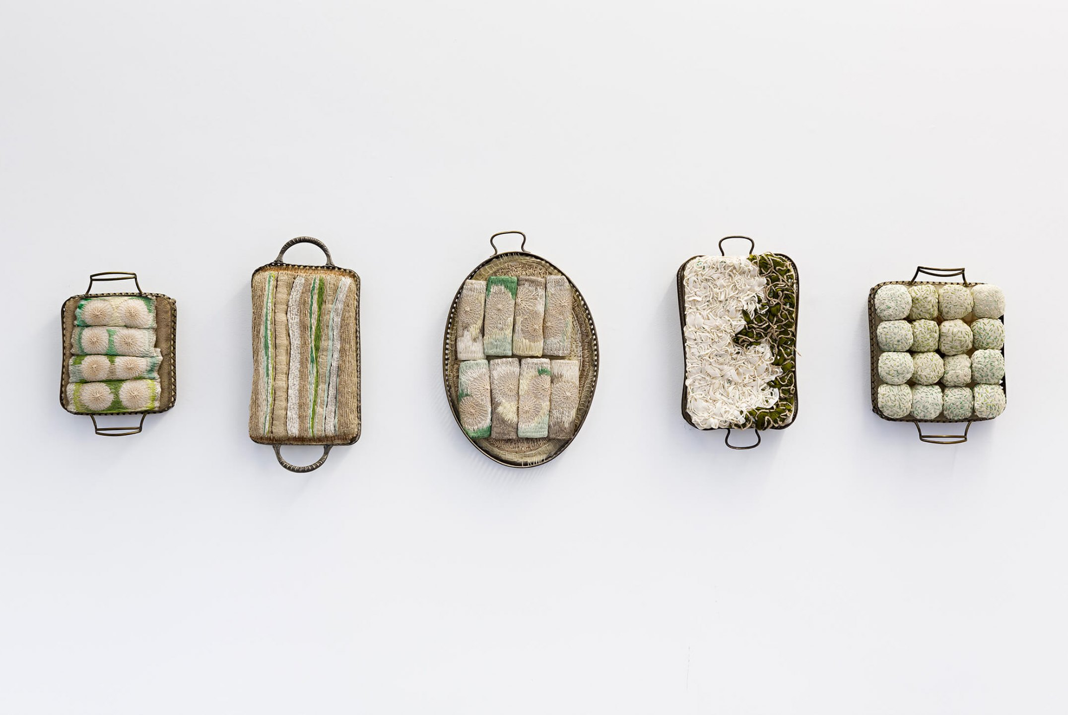 f.marquespeteado, <em>untitled, from Bancarrota series</em>, 2002, platter holder, muslin and linen threads, 8 × 43 × 20 cm - Mendes Wood DM