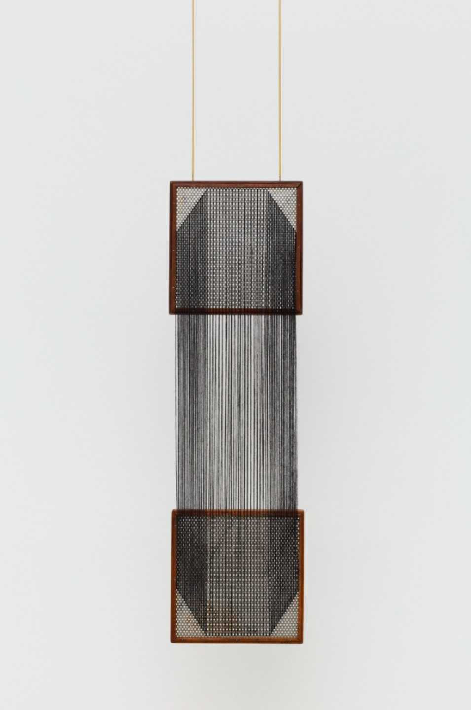 Paloma Bosquê,<em>&nbsp;Das interações provisórias</em>, 2017,&nbsp;coffee sorting sieve, woolen yarn and brass rods, 103&nbsp;× 30&nbsp;× 4,5 cm - Mendes Wood DM