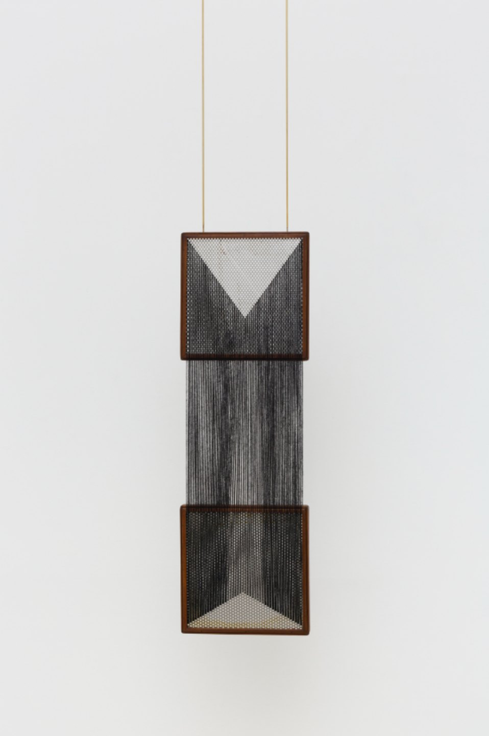 Paloma Bosquê, <em>Das interações provisórias</em>, 2017, coffee sorting sieve, woolen yarn and brass rods, 94 × 30 × 4,5 cm - Mendes Wood DM