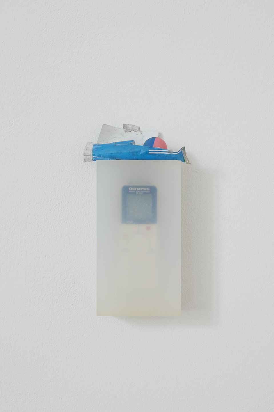 Nina Canell,<em>Tip of the Tongue, </em>2016,dictaphone, bouncy ball, silicone, paper, tape<br> - Mendes Wood DM