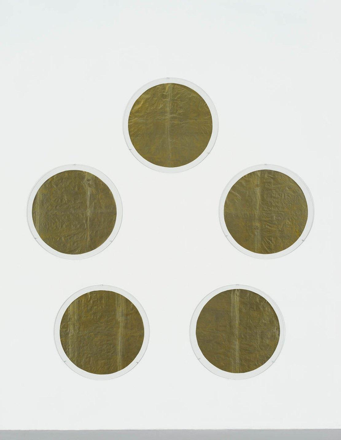 James Lee Byars<em>, Five Points Make a Man,</em>1993,japanese golden paper,49 cm ø - Mendes Wood DM
