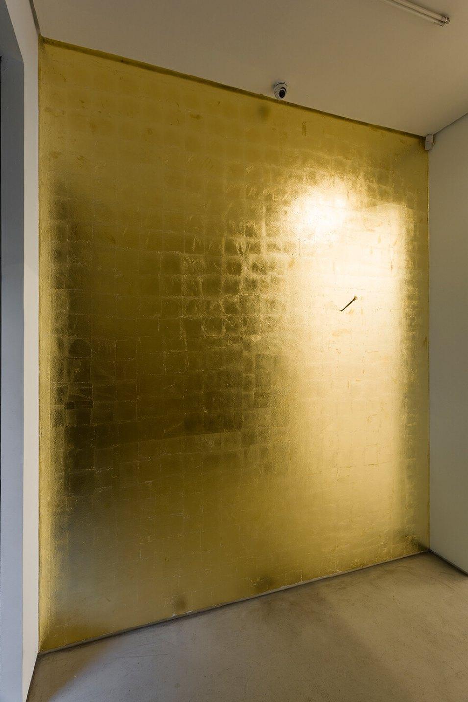 James Lee Byars,<em>The Philosophical Nail,</em>1986,gilded iron and gold leaf,27 × 3 × 3 cm - Mendes Wood DM