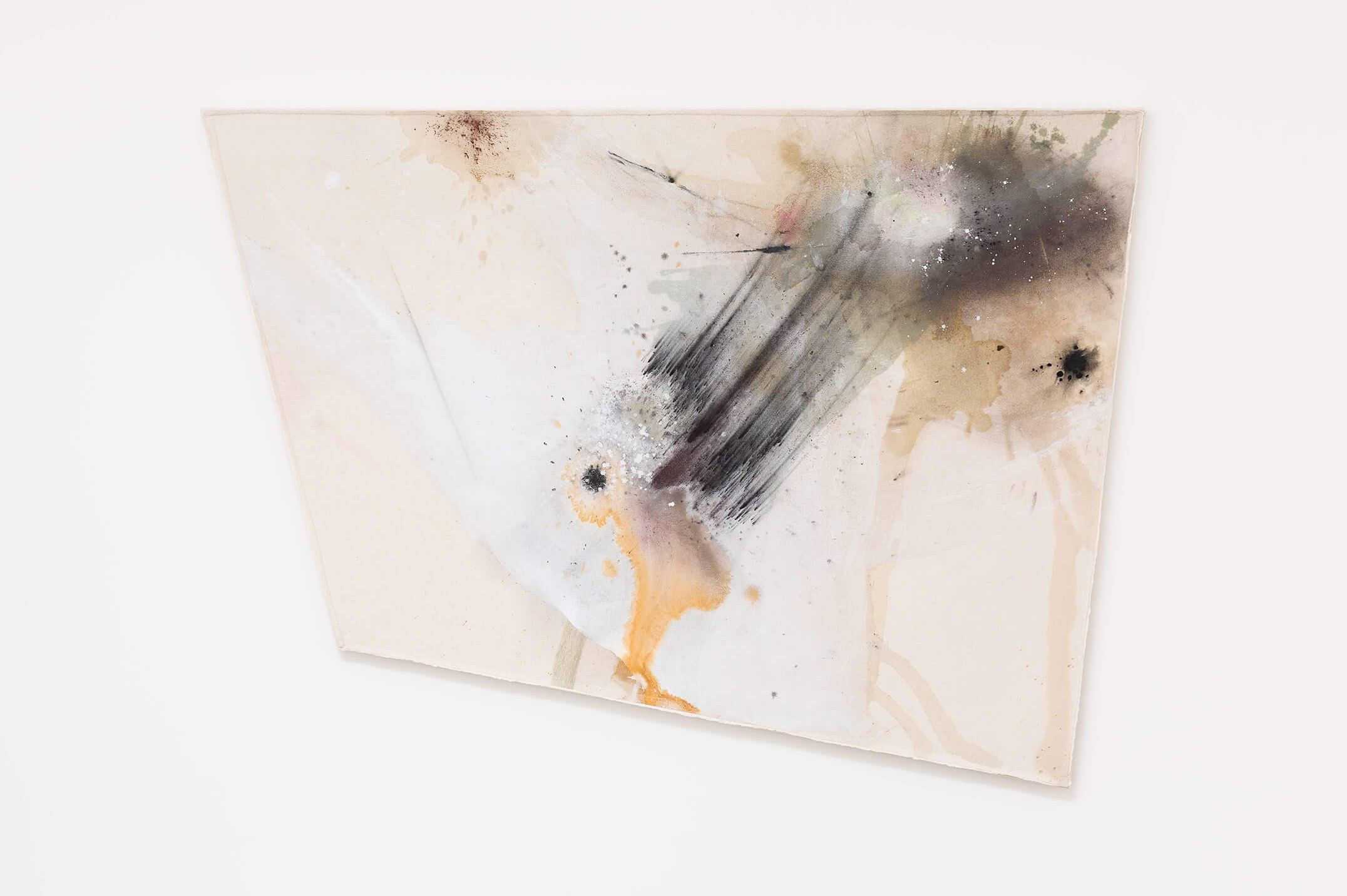 Lucy Dodd,&nbsp;<em>Cabo ' Galo Total</em>,&nbsp;2015,&nbsp;river Tinto water, squid ink, foss leaf extract, Verona green earth, hematite, yerbe mate, graphite and mixed pigments on canvas, 132 × 182 × 4 cm - Mendes Wood DM