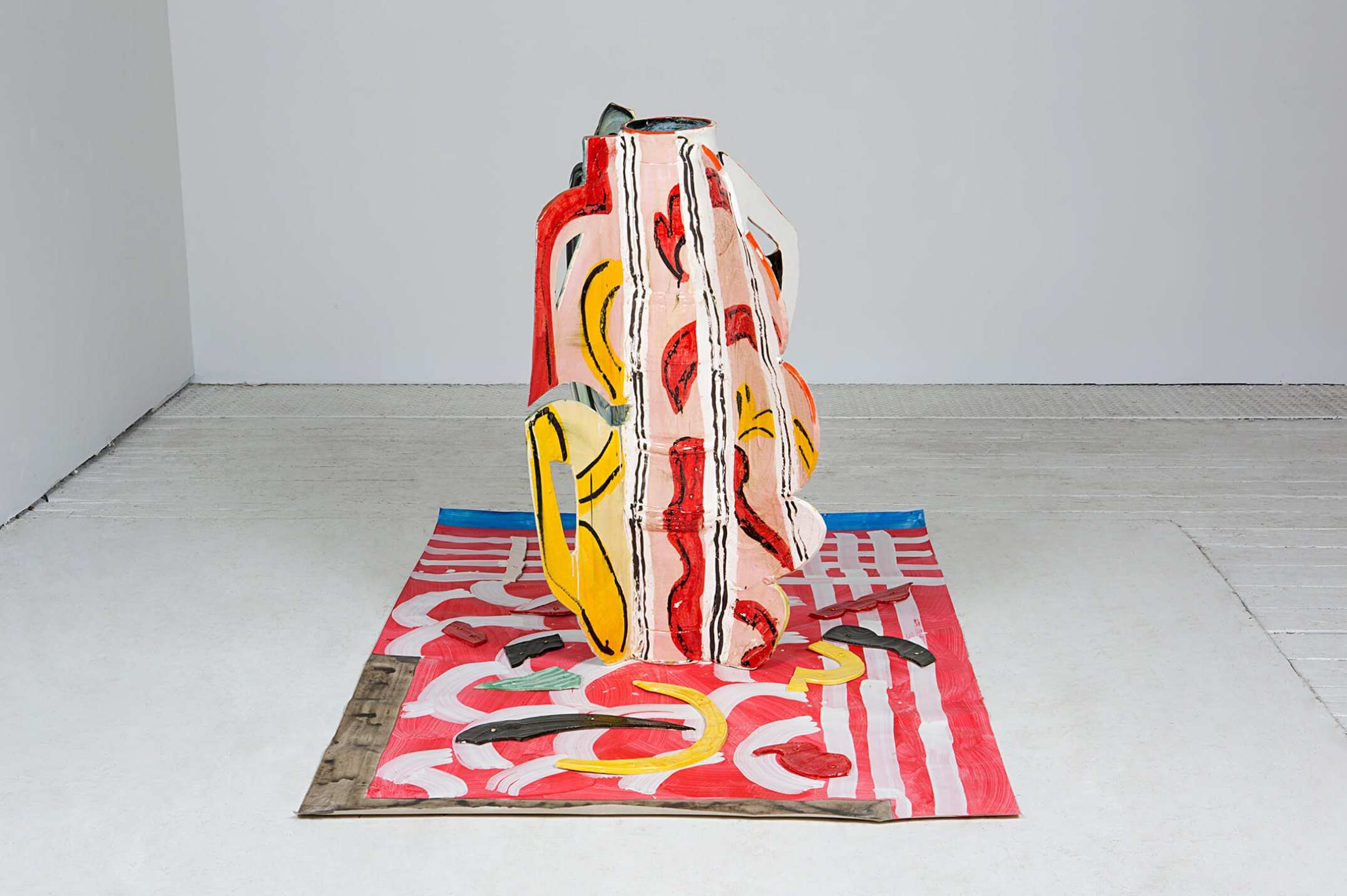 Betty Woodman, <em>Aztec Vase and Carpet #5</em>, 2014, glazed earthenware, epoxy resin, lacquer, acrylic paint, canvas, 94,6 × 152,4 × 106,6 cm - Mendes Wood DM