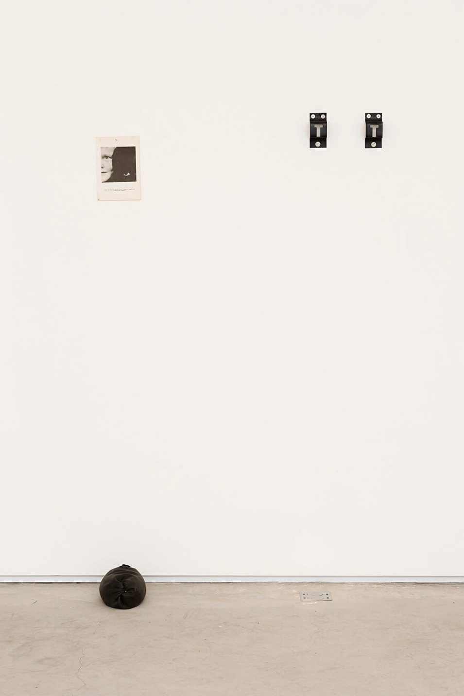 Deyson Gilbert,<em>Esta obra é composta de cinco objetos</em>, 2014,paper, rubber, metal and white wall, 171 ×104 × 27 cm - Mendes Wood DM
