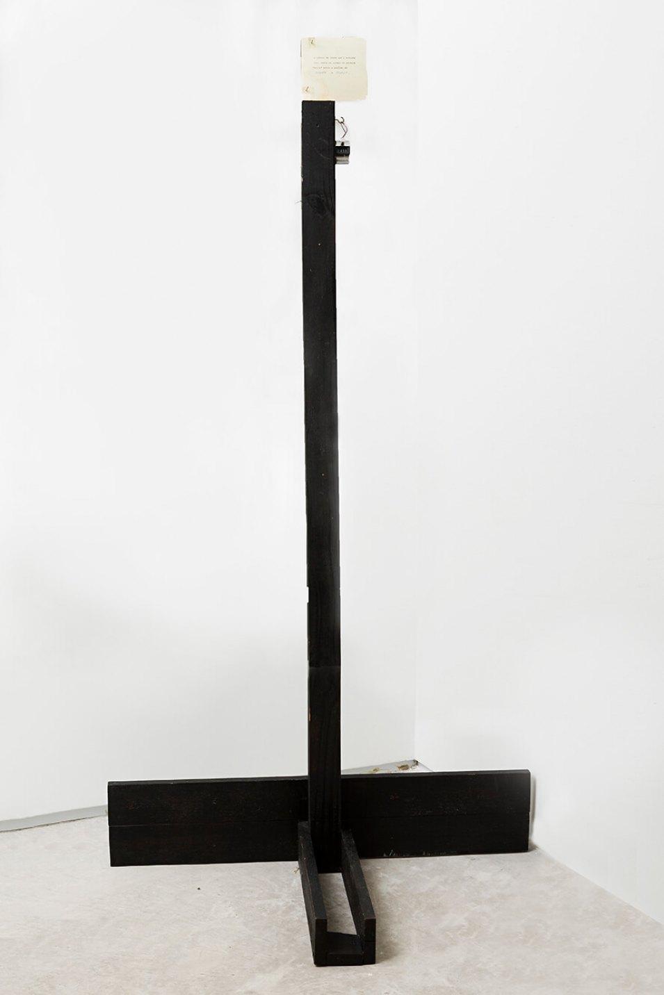 Deyson Gilbert,<em>o nº de vezes que o artista leu, ouviu ou pensou na palavra morte entre o perído de 29/09/14 e 29/11/14</em>,2014,wood, paper and timer, 166,5 ×90 × 47 cm - Mendes Wood DM