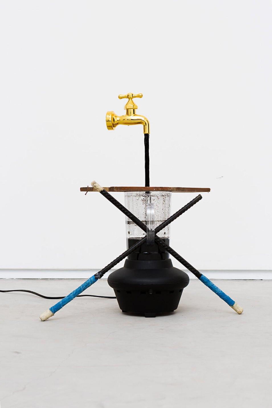 Deyson Gilbert,&nbsp;<em>volume morto</em>,&nbsp;2014,&nbsp;plastic, iron, wood, water, China ink and water pump, 264 × 300 × 4 cm - Mendes Wood DM