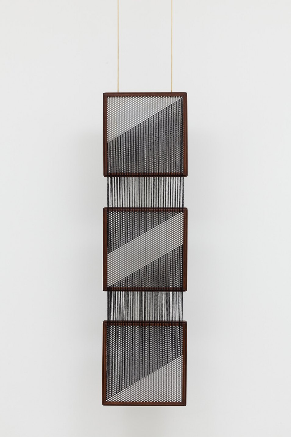 Paloma Bosquê, <em>On provisory interaction</em>, 2016, coffee sieve, wool and brass rods, 112 × 30,5 × 4 cm - Mendes Wood DM