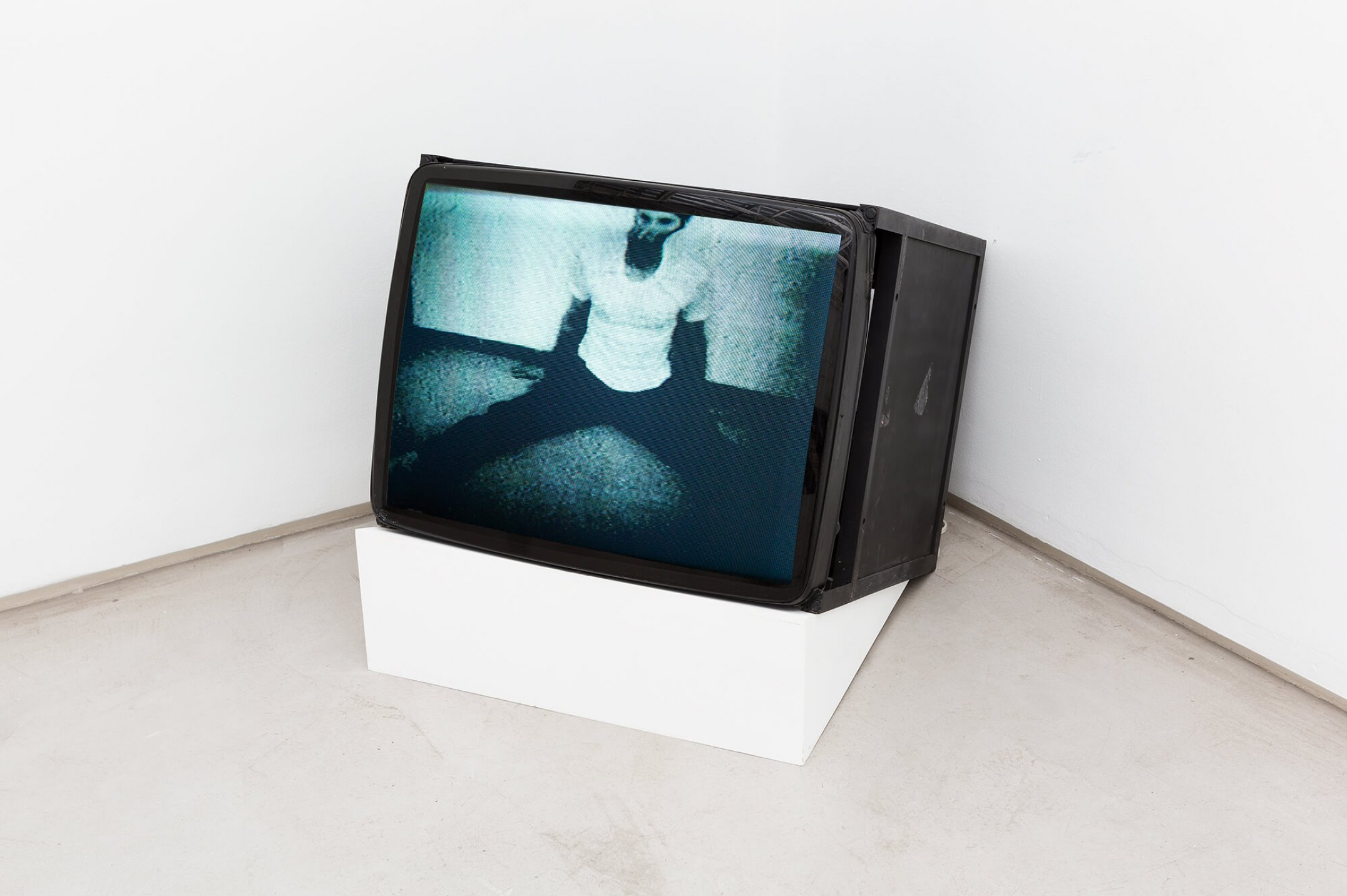 Bruce Nauman,&nbsp;<em>Wall floor positions,</em>&nbsp;1968,&nbsp;video,&nbsp;105'9'' - Mendes Wood DM
