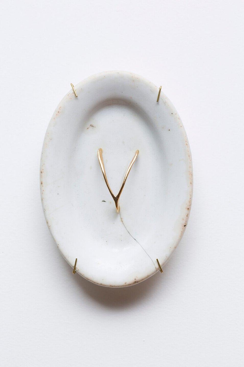 Antônio Obá, <em>Fortuna</em>, 2015,porcelain plate and gold object, 18 × 13 × 2,5 cm - Mendes Wood DM