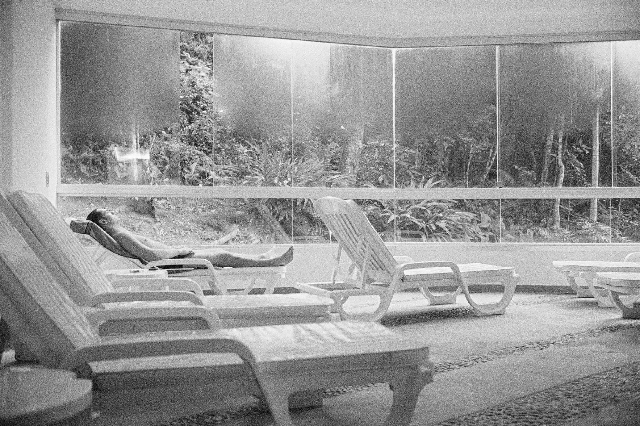 Mauro Restiffe,&nbsp;<em>O Aquário</em>,&nbsp;2000, fotografia em emulsão de prata, 137 × 204 cm - Mendes Wood DM