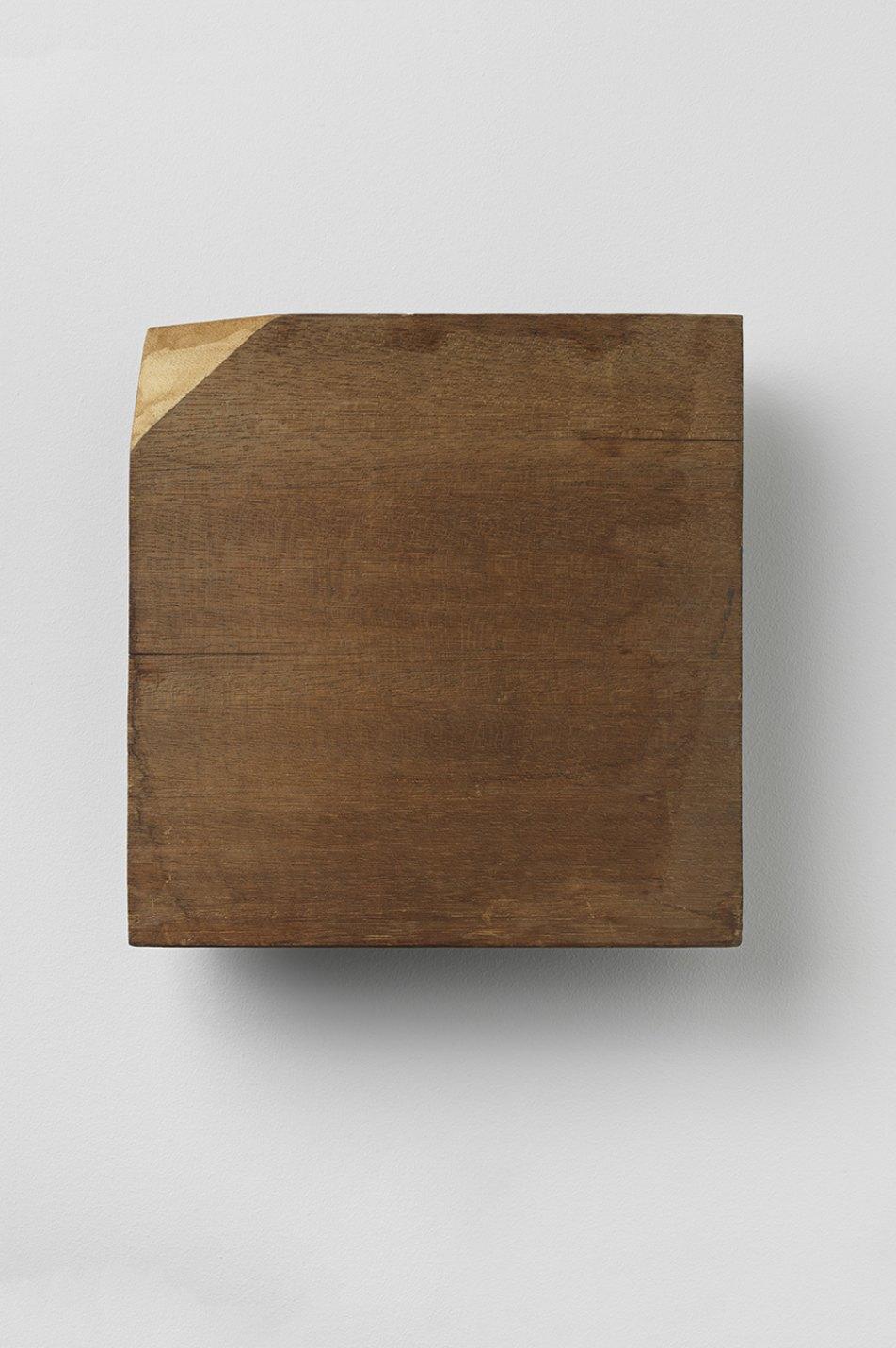 Kishio Suga,<em>&nbsp;Spatial Extremity,</em> 1981, wood, 25,5 × 25 × 6,6 cm - Mendes Wood DM