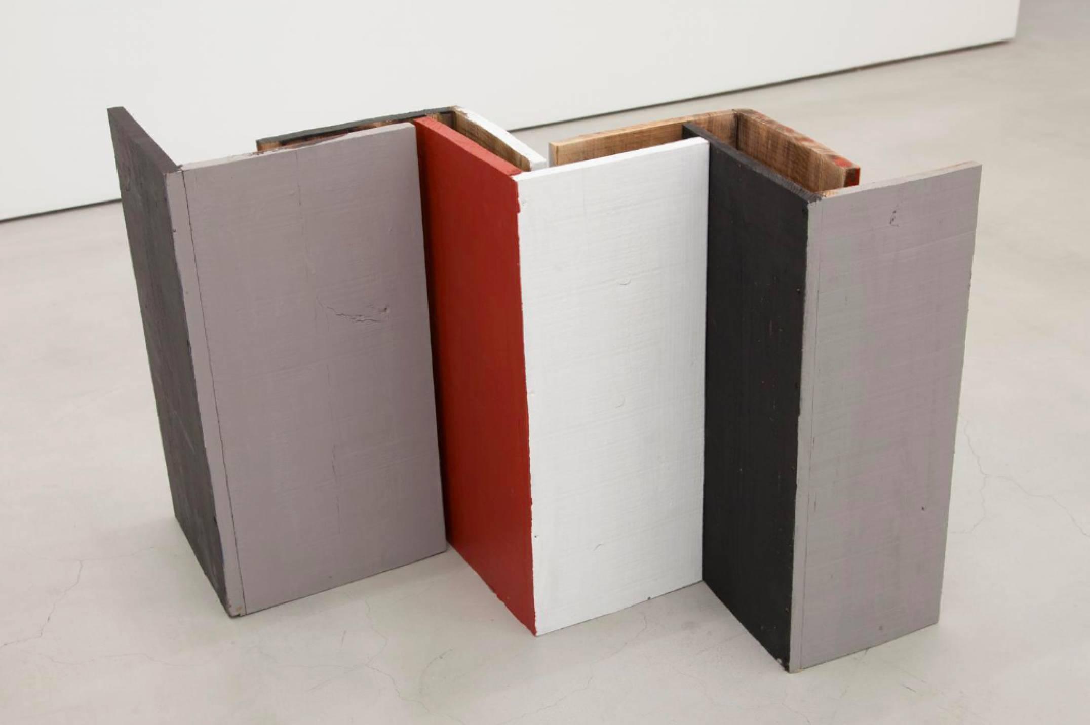 Kishio Suga,<em>Standing Perimeter, Occupied Center</em>, 1986, plywood, water-based paint, variable dimensions - Mendes Wood DM